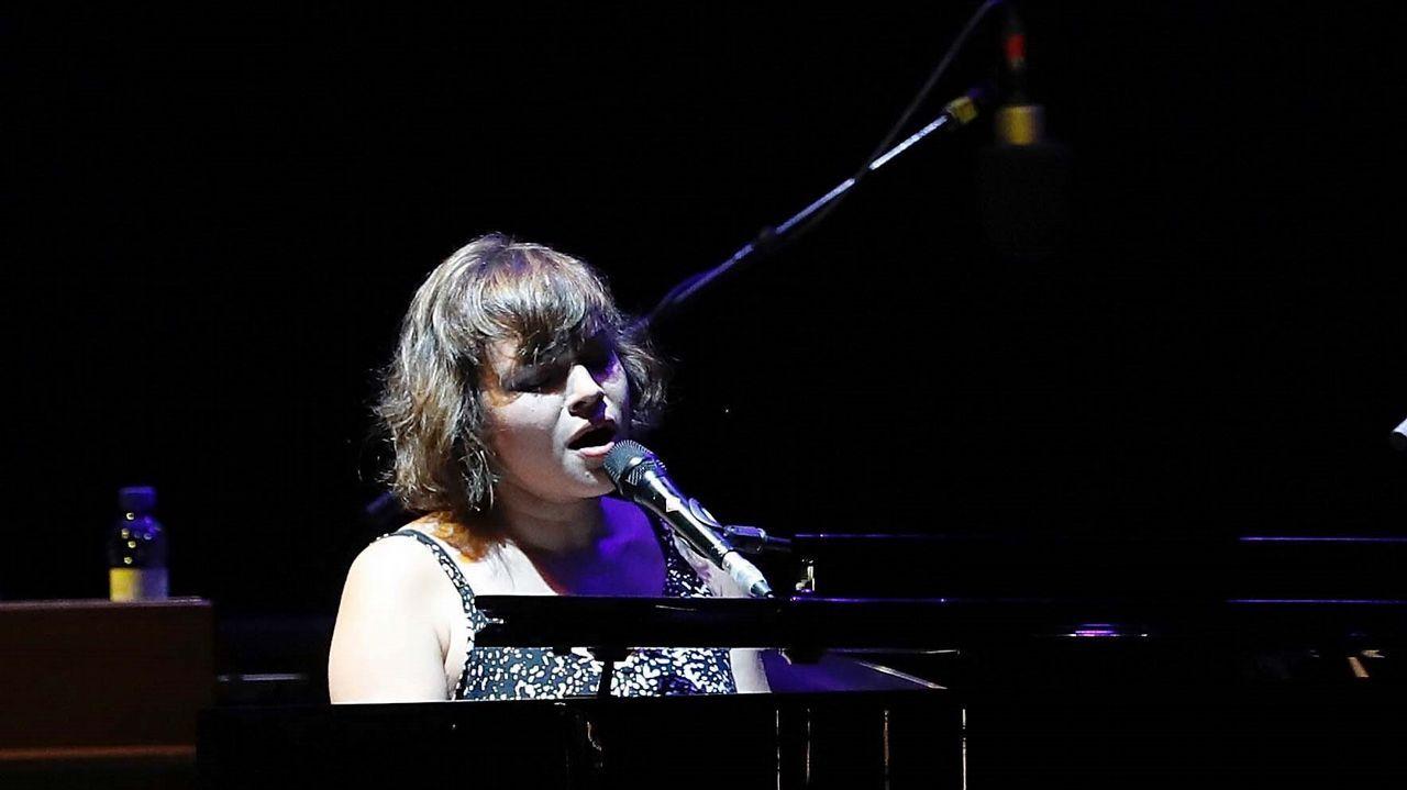 J.P GANDUL | EFE. La cantante, compositora y pianista estadounidense Norah Jones, durante el concierto que cierra la tercera edición del ciclo musical Noches del Botánico