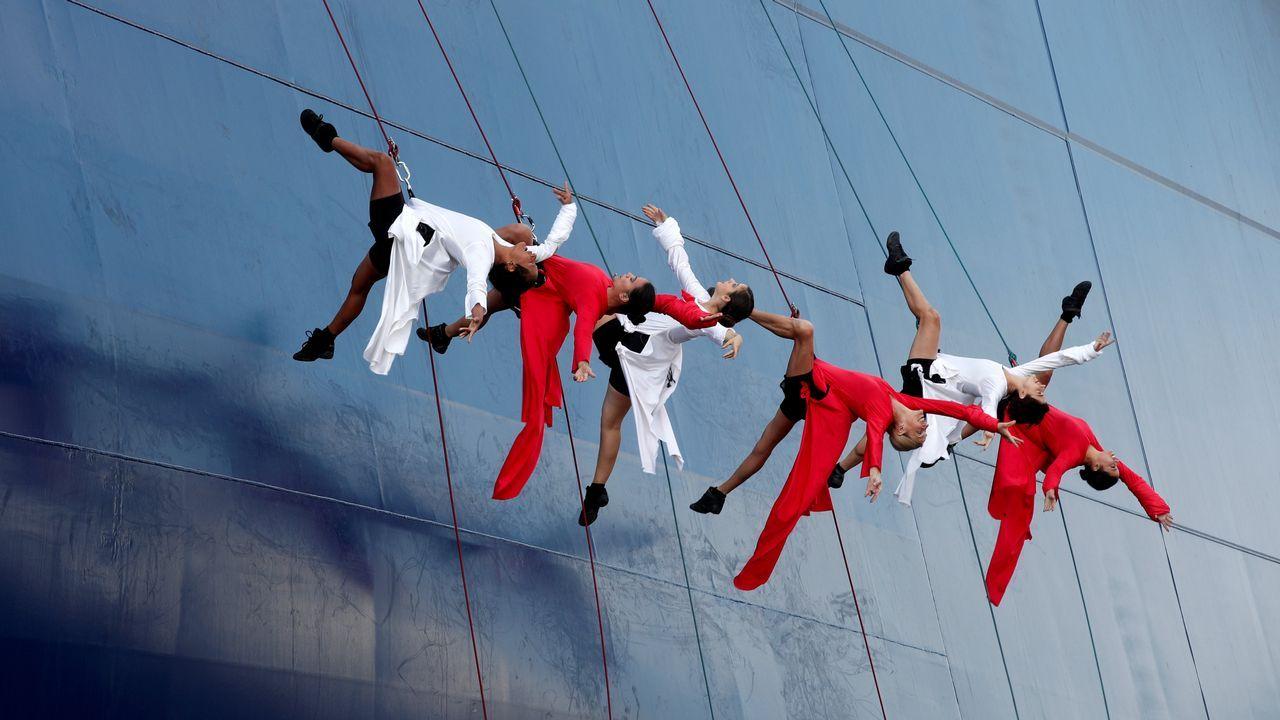 .Un grupo de bailarines actúan durante la inauguración del mercante CMA CGM Antoine de Saint Exupery en Le Havre (Francia)