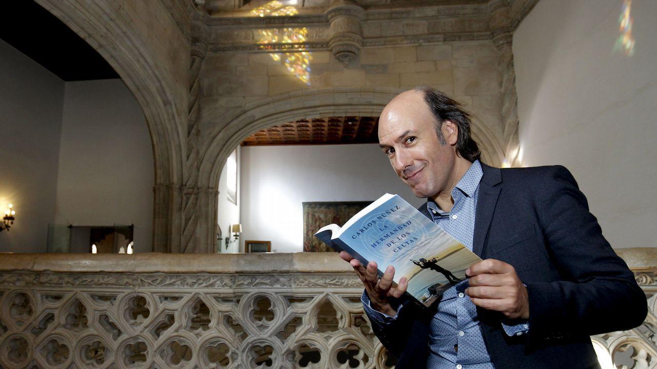 Teo celebra su San Martiño.El escritor Fran Pintadera y el ilustrador Christian Inaraja recibieron el premio este miércoles en Santiago