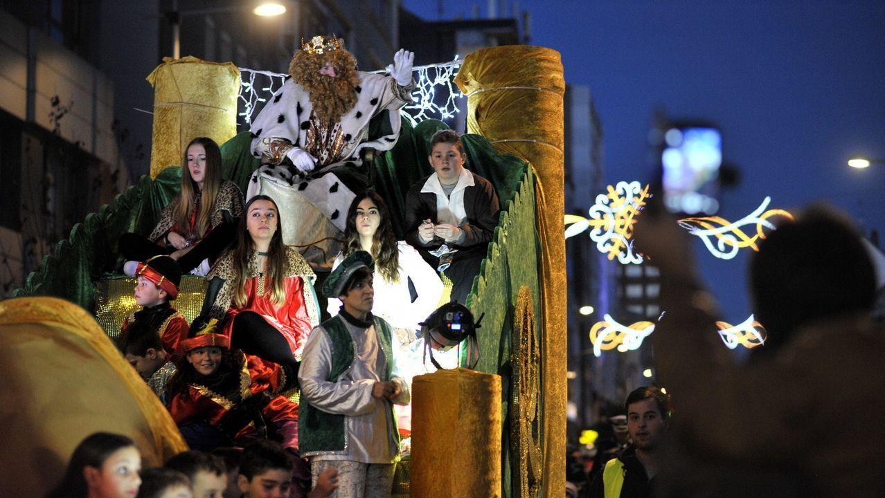Hoy nos visitaron de los Reyes Magos.El rey Melchor en la cabalgata de reyes de Oviedo