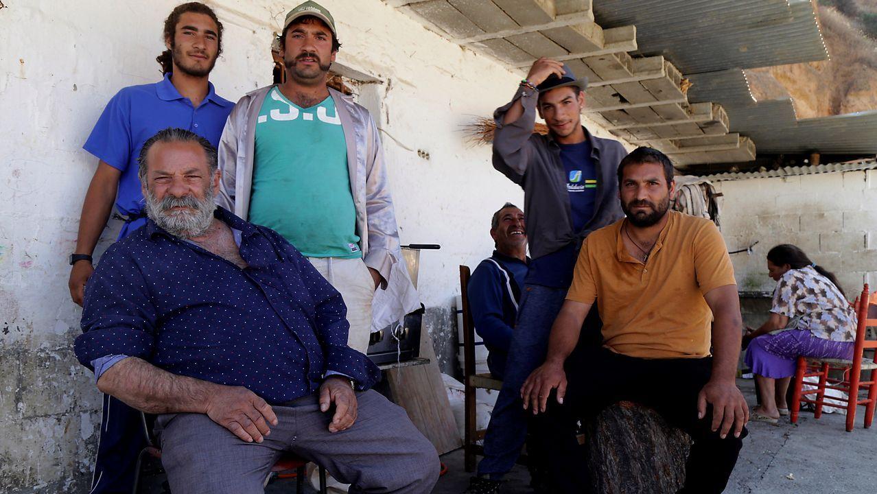 Juan Manuel «El Canuto», posa en su casa rodeado por familiares