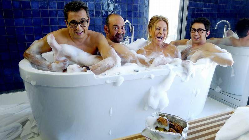 La famosa escena del timo de la estampita de Tony Leblanc en «Los tramposos».Álvaro Roque, Guillermo Torre y Álvaro Colina