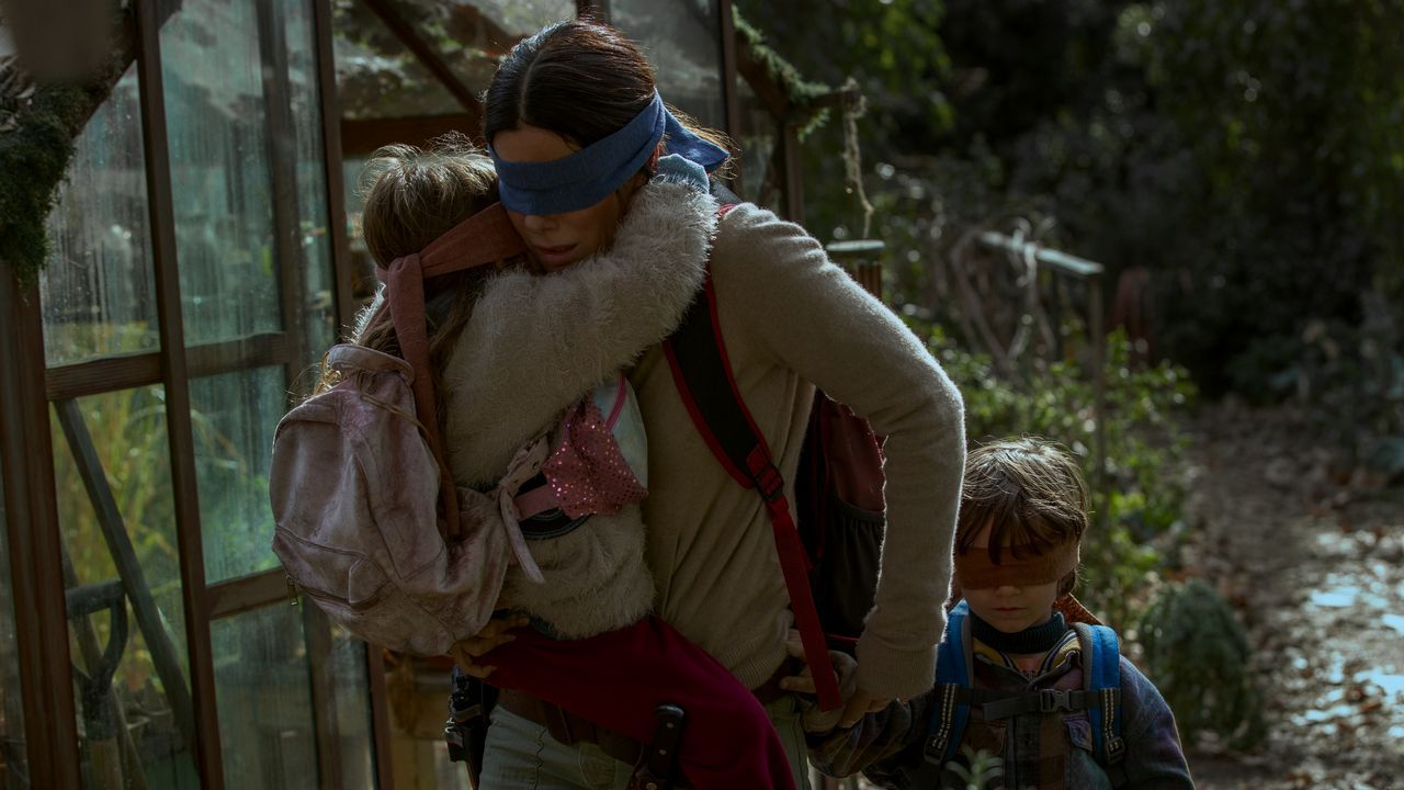Sandra Bullock es una madre que lucha por sobrevivir frente a una amenaza que ataca a la humanidad a través de la vista