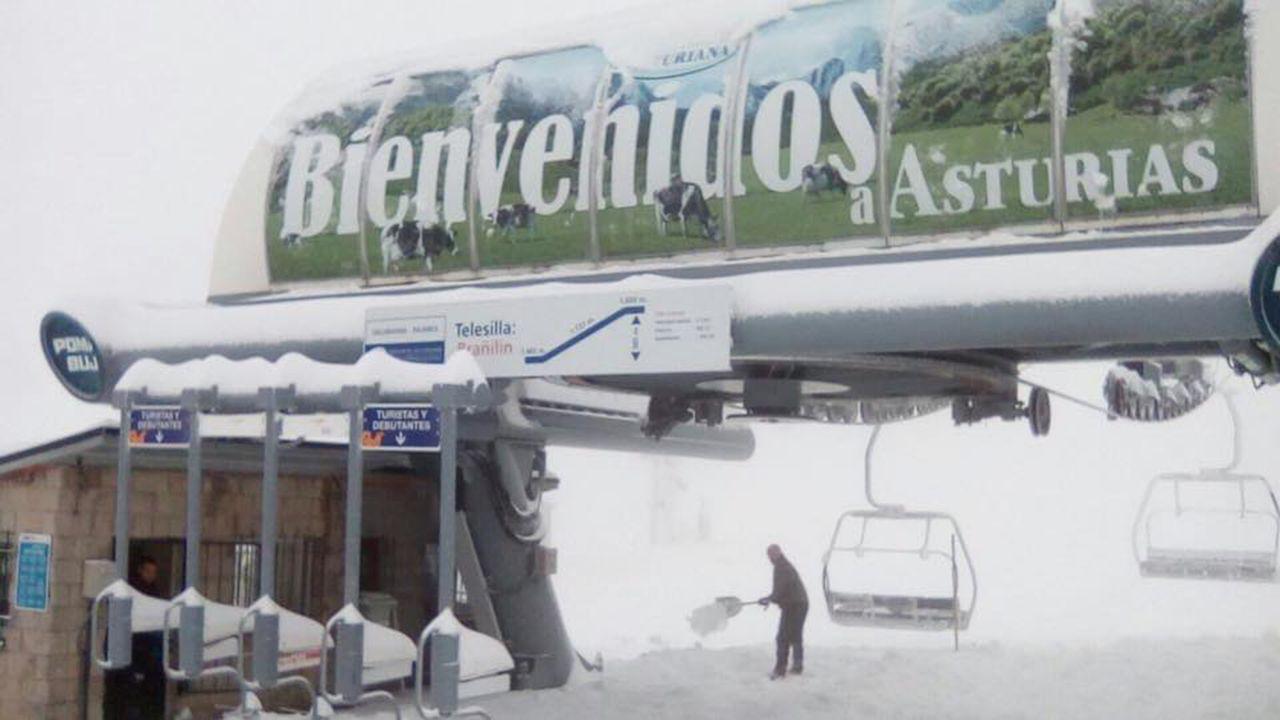 Esquiadores en la telesilla de Fuentes de Invierno.Estación de Valgrande-Pajares