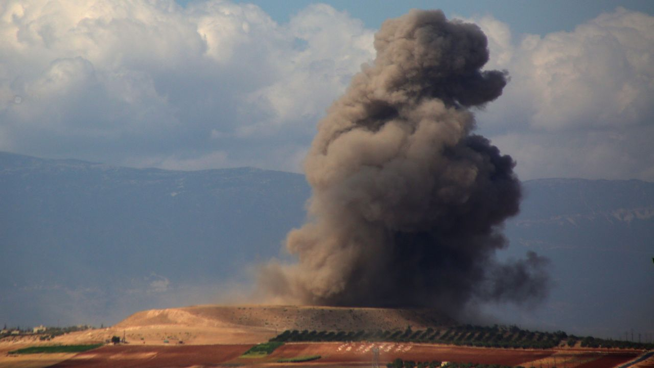 Una columna de humo sobre la ciudad de Idlib, en Siria, donde estos días se han producido varios bombardeos.