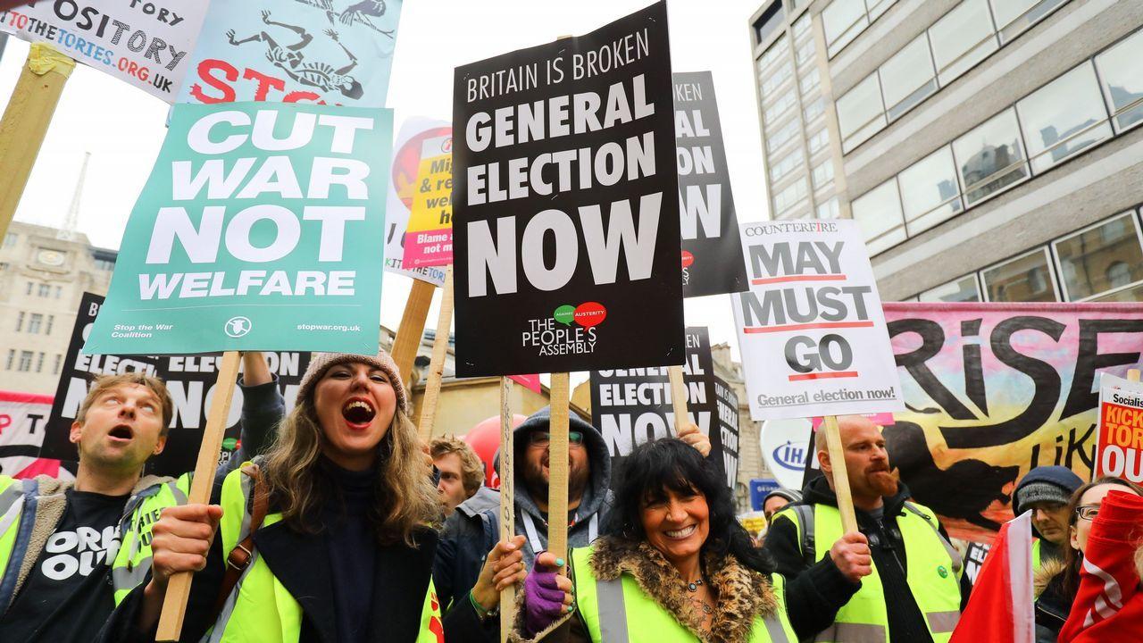 La manifestación londinense de los chalecos amarillos discurrió con calma hasta Trafalgar Square y en las pancartas se podían leer eslóganes como «El Reino Unido está roto», «Elecciones generales ahora» o «May debe irse»