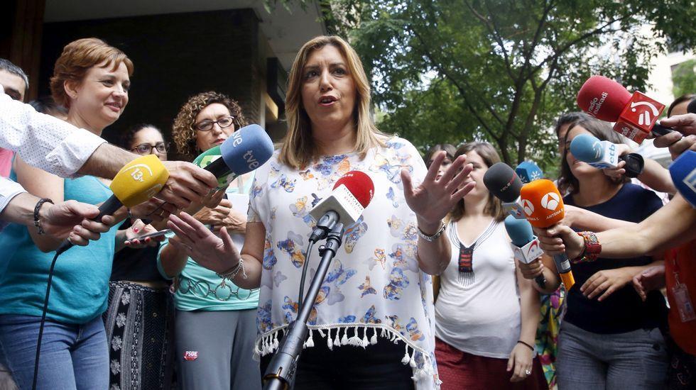 La nueva presidenta del Congreso, Ana Pastor, conversa con el portavoz del PNV, Aitor Esteban y el diputado Pedro Azpiazu