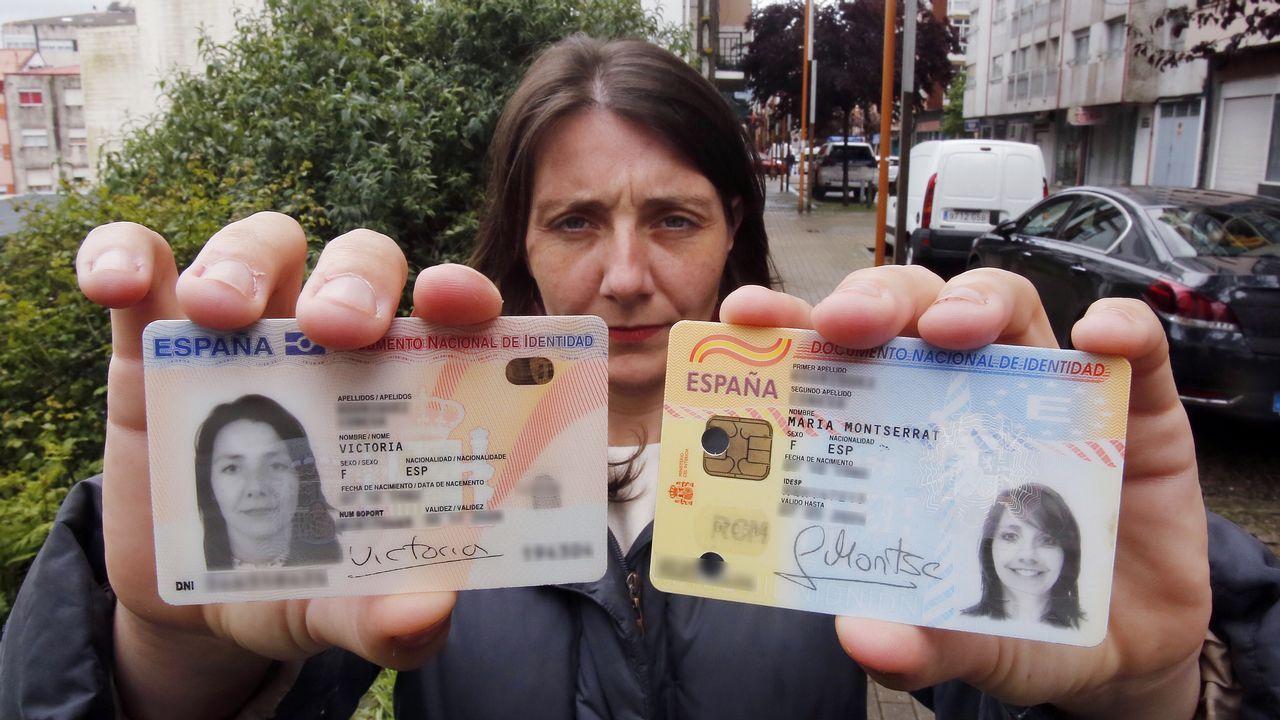 Victoria muestra el DNI nuevo y el antiguo, con el que finalmente podrá votar