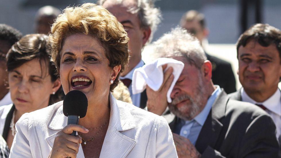 Delante de Lula, Dilma se dirige a sus seguidores tras abandonar la residencia oficial de Planalto (en Brasilia)