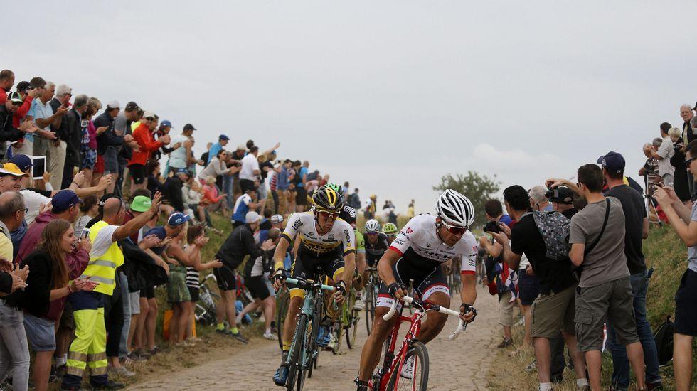 Los ciclistas pasan a toda velocidad por la zona del pavé