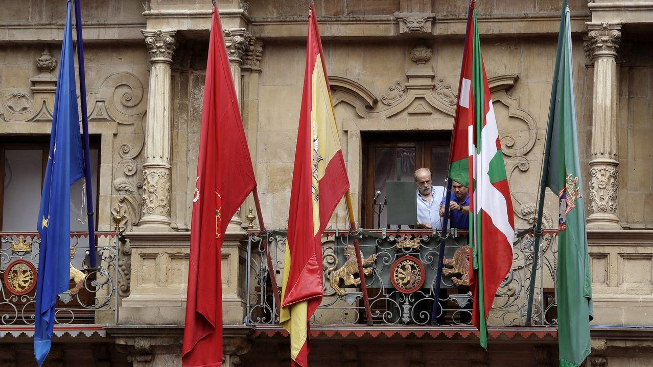 Pamplona comienza sus fiestas de San Fermín con el tradicional chupinazo.La central térmica de Soto de Ribera