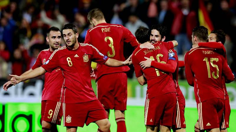 En la fotografía, Isco realiza un elegante control durante el partido de clasificación contra Bielorrusia.