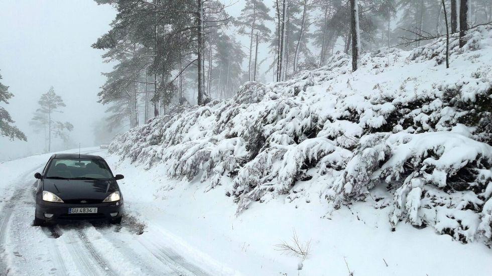 Otro aspecto del vial de acceso a la cumbre del Faro cubierto de nieve