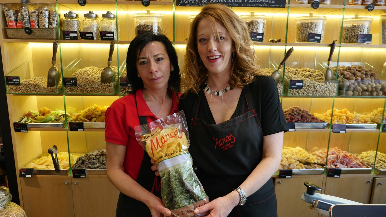 .Esther Martín y María José Villacondo, dependientas de una tienda de patatas fritas en León