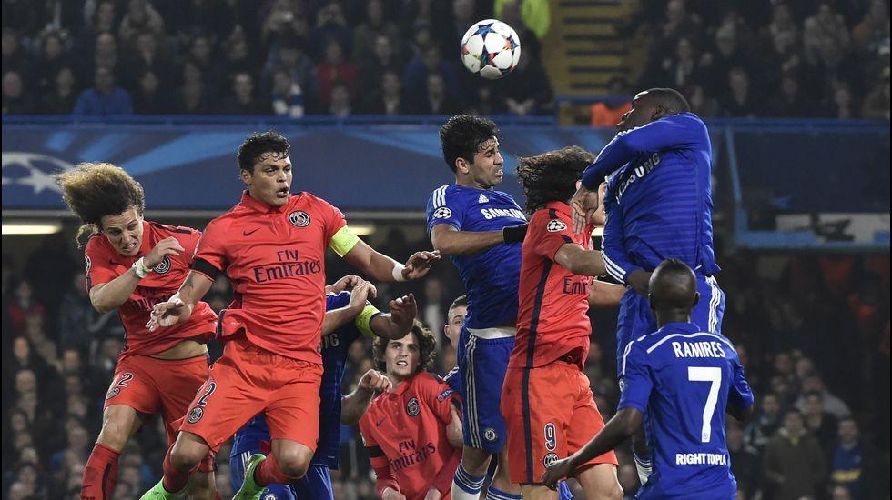 Un gol de Thiago Silva en la segunda parte de la prórroga permitió al PSG con 10 jugadortes eliminar al Chelsea.