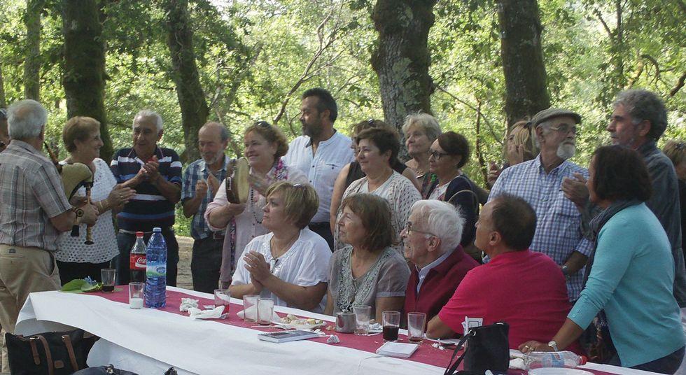 .Neira Vilas recibio ayer el homenaje anual, que también recuerda a Anisia Miranda de un grupo de amigos.