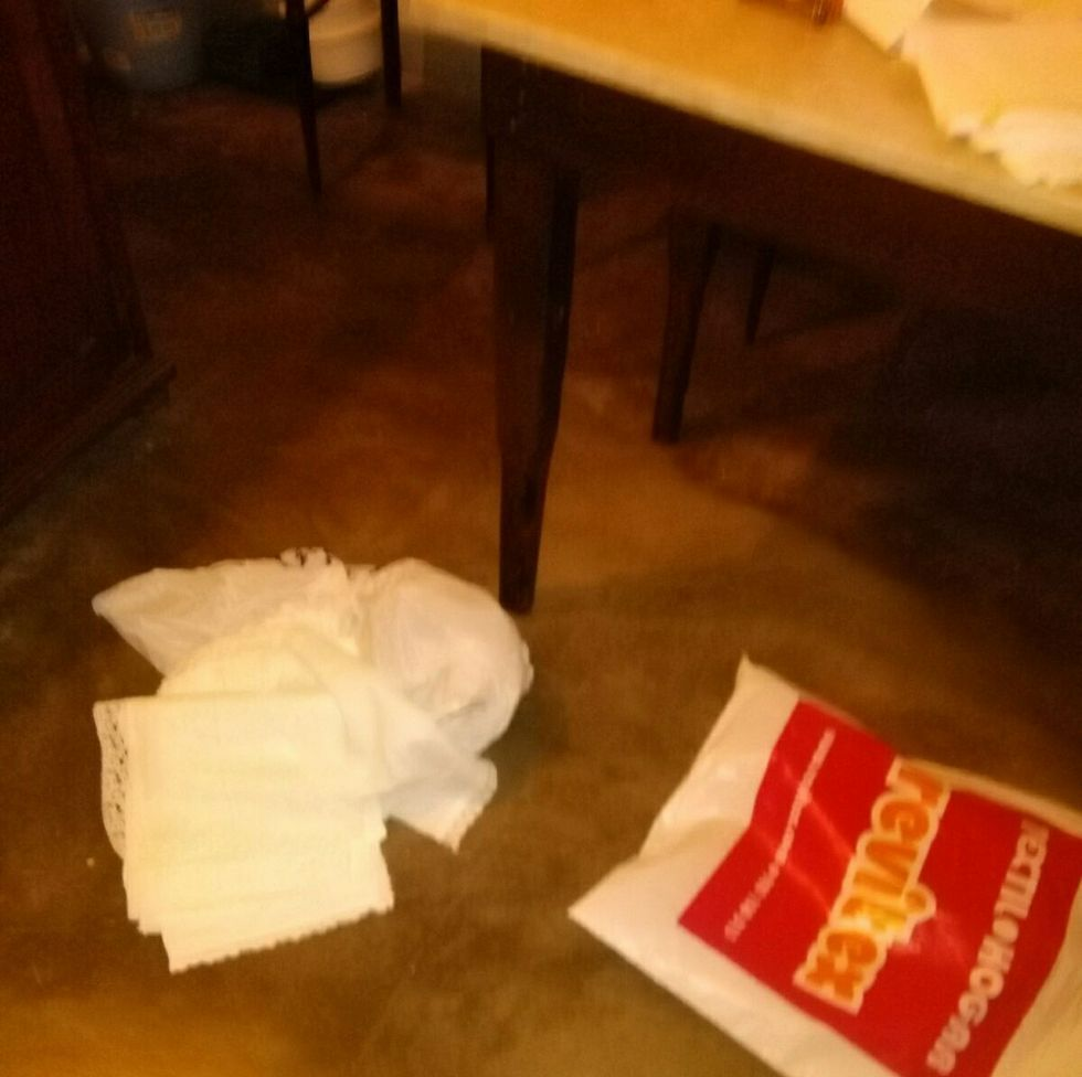 Los ladrones de la iglesia de Momán arrojaron varios objetos al suelo.