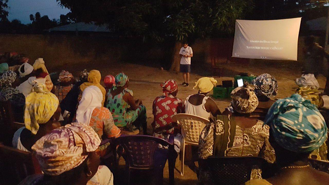 Alejandro García durante una sesión de cine en la calle en Casamance