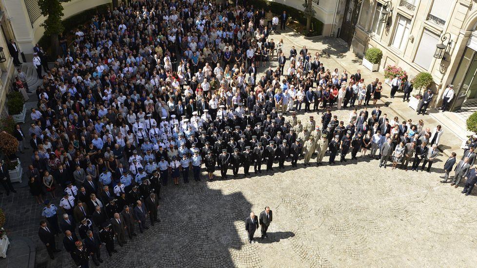 El presidente Fraçois Hollande (derecha) y el ministro de Interior francés, Bernard Cazaneuve (izquierda) en el minuto de silencio celebrado en París por las vícitmas de Niza