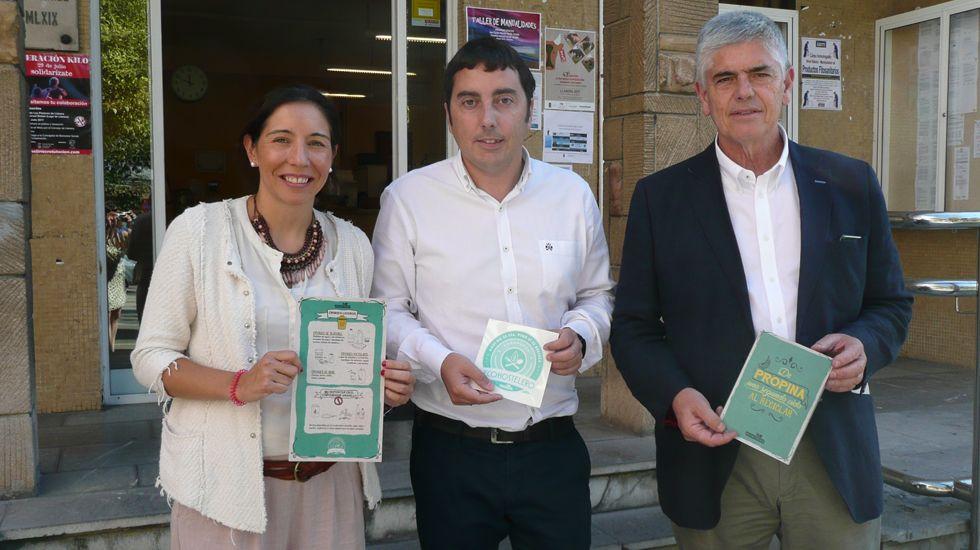 De izquierda a derecha, Mar Sáenz, de Ecoembes; Gerardo Sanz, alcalde y Santiago Fernández, gerente de Cogersa