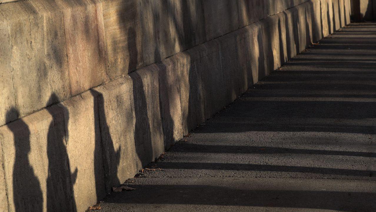 .Sombras de votantes que esperan para acceder a un colegio electoral