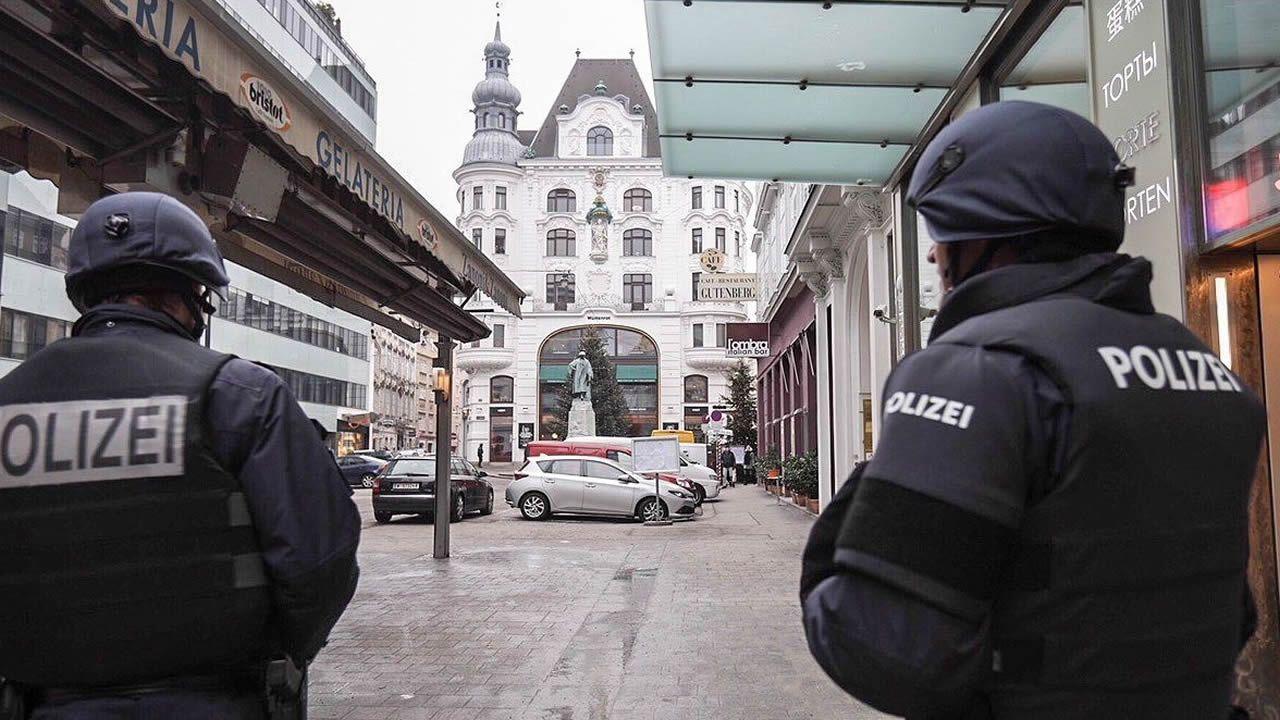 Agentes de policía patrullan en el centro de Viena