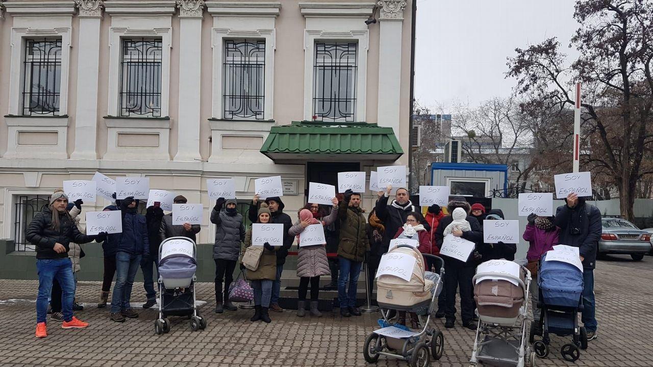 Padres afectados demandan una solución en el consulado de Kiev