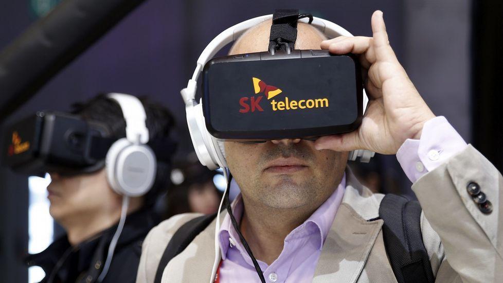 . Probando unas gafas de realidad virtual de la empresa SK telecom.