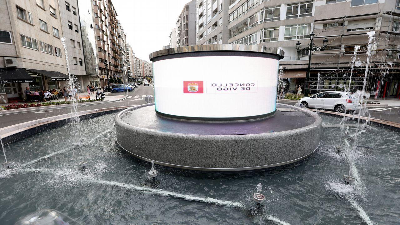 La rotonda de la pantalla pone mensajes al revés.El Más y Más de Gijón, el supermercado más barato de Asturias.