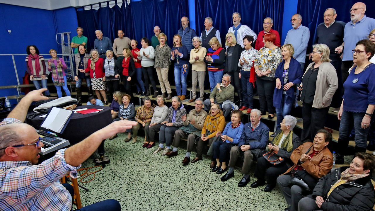 El coro de Vigo que combate el alzhéimer.Actualmente Rosende imparte clases de filosofía en el IES San Tomé de Freixeiro, en Vigo