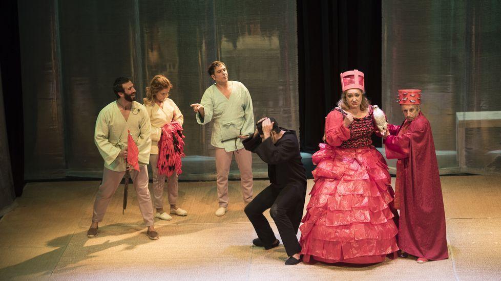 Los reyes posan con los premiados en los Premios Princesa de Asturias.Los Mossos ante el Parlamento Catalán durante la jornada del referendo ilegal del 1-O
