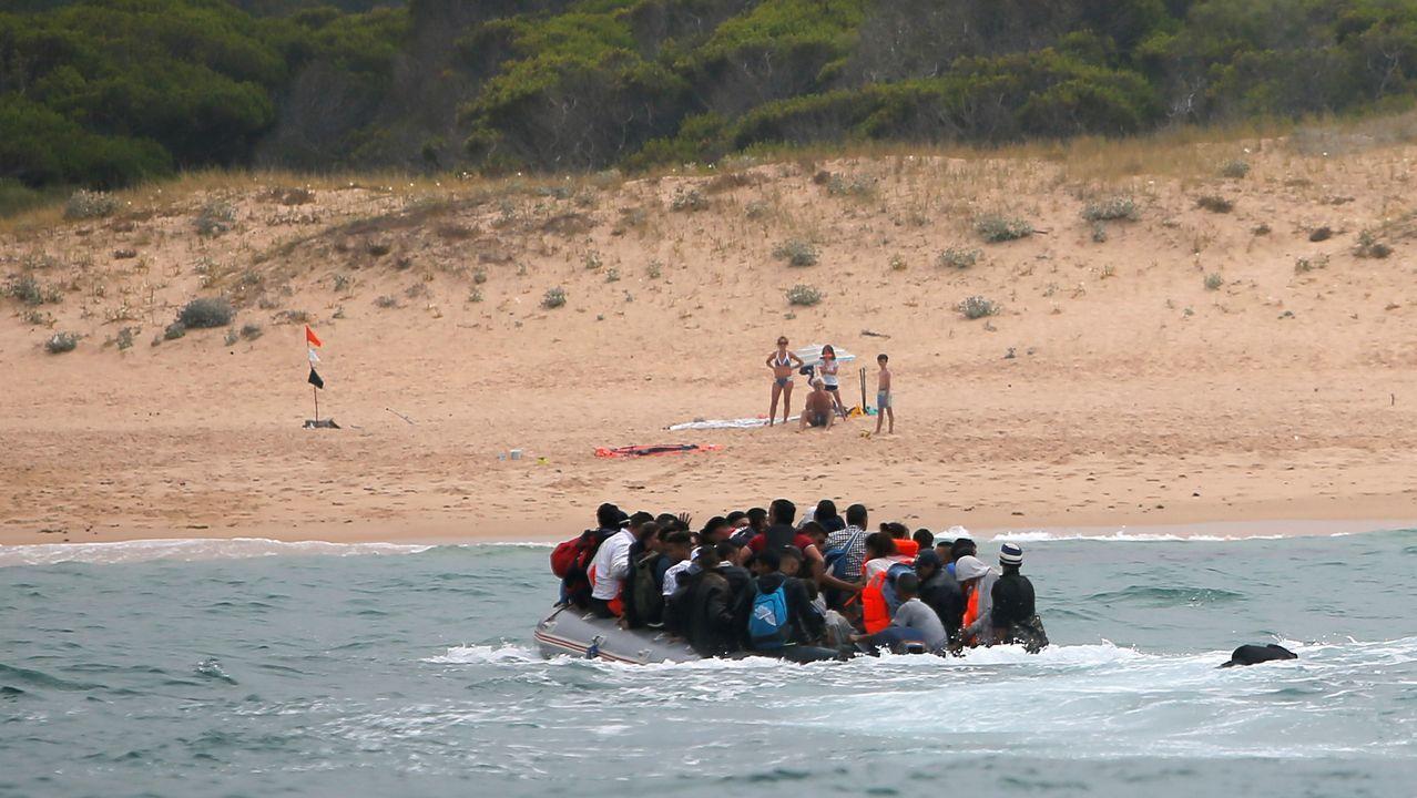 Los inmigrantes llegan a la playa de Tarifa, ante la sorpresa de los bañistas