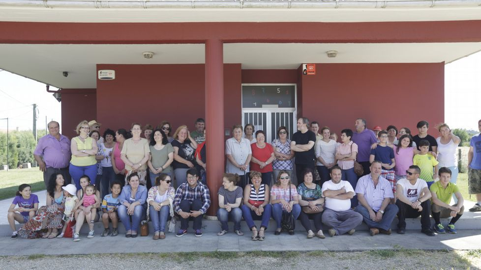 Teitando las pallozas de Piornedo.Protesta, hace unos días, de las familias por el cierre de la unitaria de Santa María de Vigo, en Cambre.