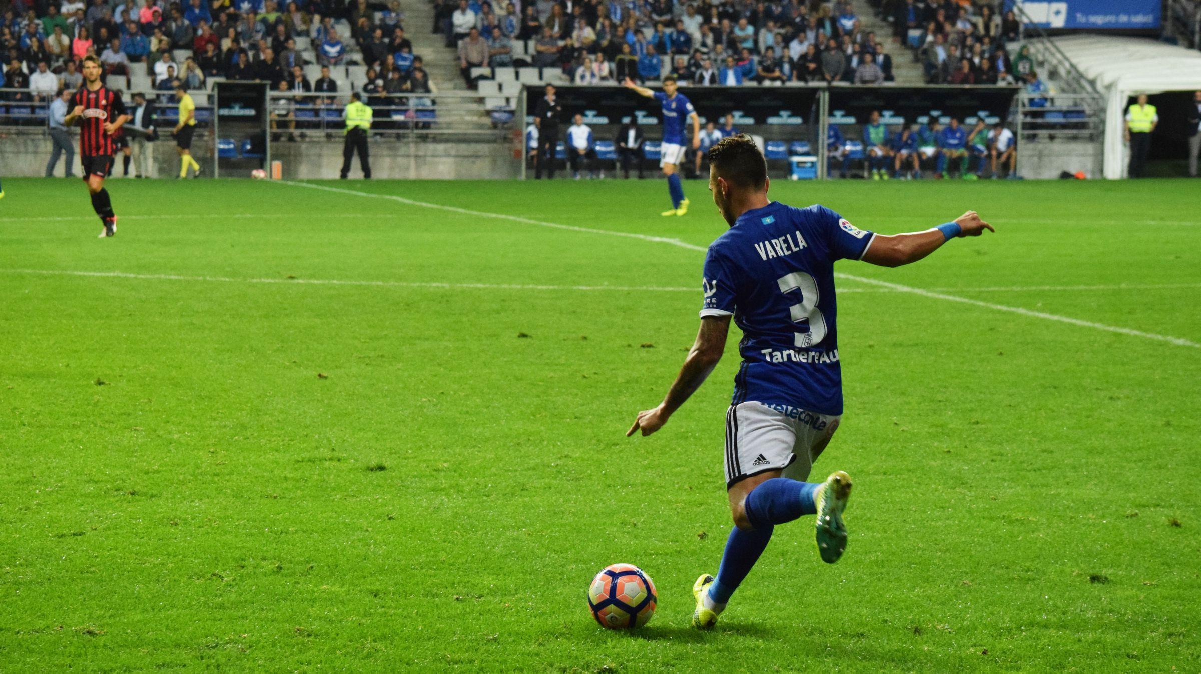 Varela en una acción del Real Oviedo-Reus