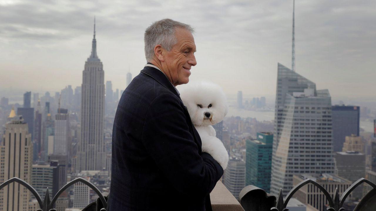 Flynn, un bichón frisé ganador del último certamen Westminster Kennel Club Dog Show, posa en Nueva York junto a Bill McFadden.