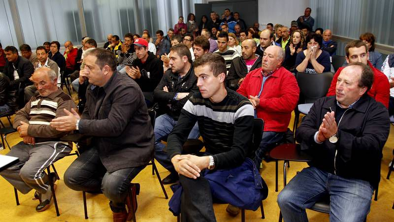 Los marineros invitaron a los miembros de la Comisión Europea a comprobar in situ cómo se trabaja con el xeito.