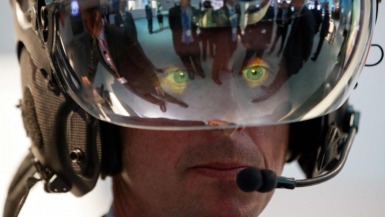 Un visitante a la base aérea Farnborough, en Londres, se prueba un casco de piloto
