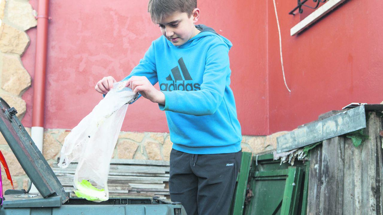 Nacho Lafuente rellena la compostadora con restos de basura. Foto: Tomás Mugueta