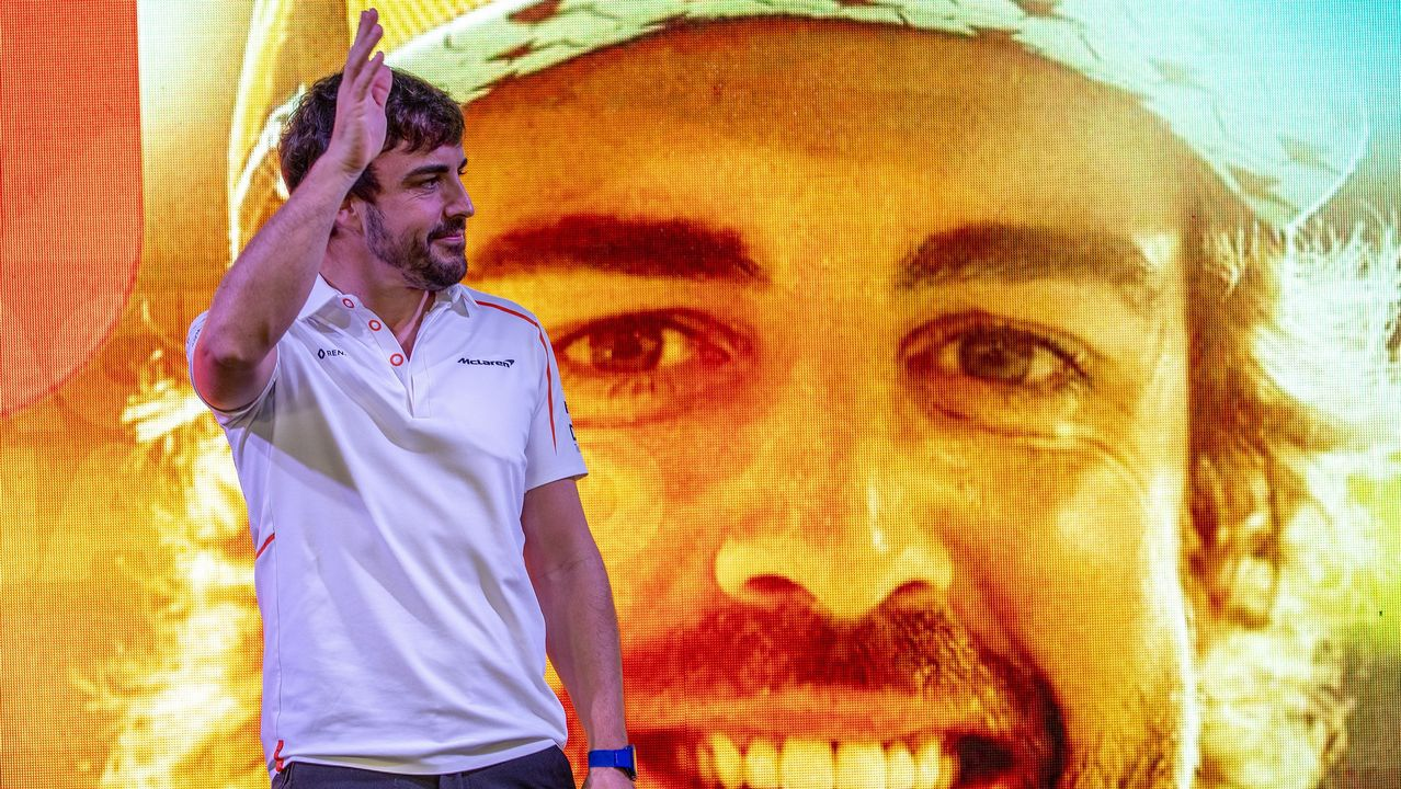 El piloto de Fórmula Uno Fernando Alonso posa para los fotógrafos enfrente de una imagen suya en Yas Marina