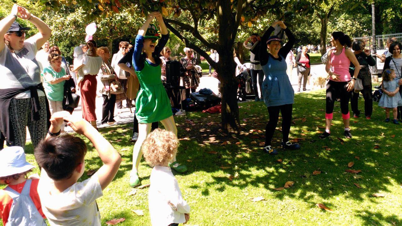 Los niños disfrutaron de las actuaciones infantiles en el Campo San Francisco durante el soleado Martes de Campo