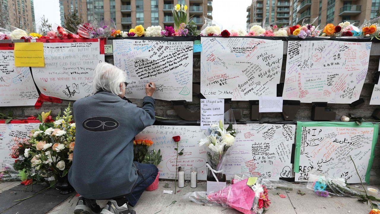 Homenaje a las víctimas del ataque en Toronto, donde perecieron 10 personas