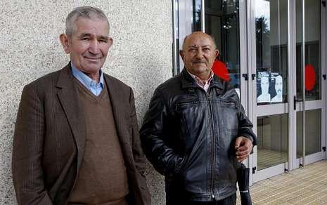 En la imagen, Evaristo Pérez Pazos y José Pose Iglesias, de Laxe; al primero le sustrajeron 50.000 euros y al segundo, 14.000. Ambos reconocieron ayer que el banco les había reintegrado el dinero.