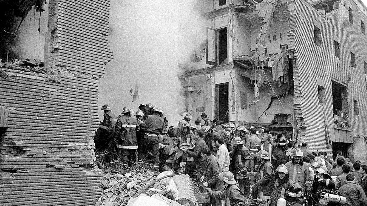 Una gran cadena humana une las capitales vascas por el derecho a decidir.El atentado en la casa cuartel de Zaragoza, en 1987, le costó la vida a 11 personas