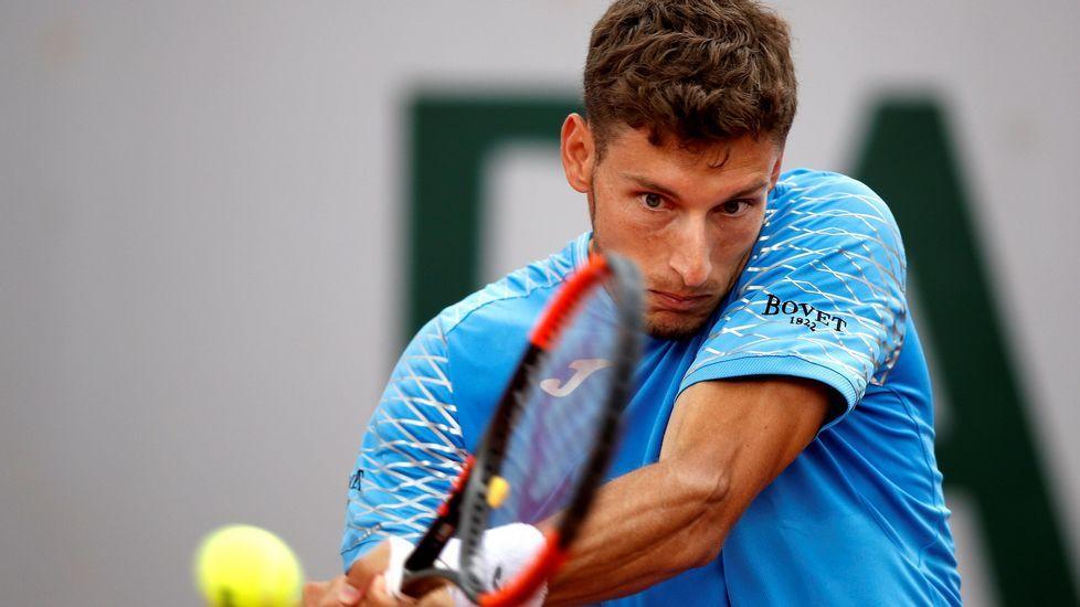 .El tenista español Pablo Carreño Busta devuelve una bola al italiano Marco Cecchinato durante su partido de tercera ronda del torneo Roland Garros en París