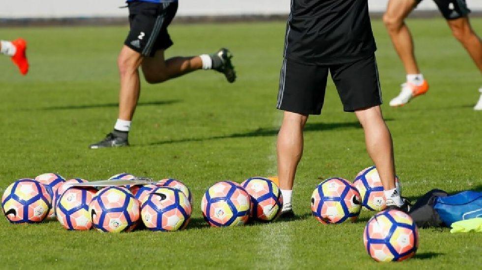 .Verza conduce el balón ante la presión de Aitor Sanz