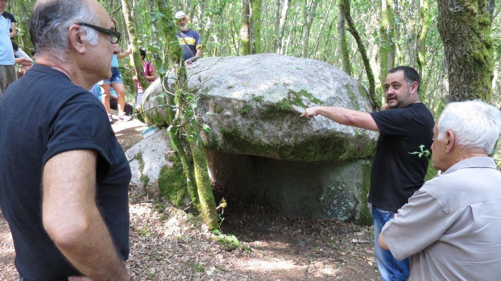 Así se ha buscado al desaparecido de Melide en el fondo del embalse de Os Peares.Visitantes en el dolmen de Leira Rapada, en Vilatán (O Saviñao)