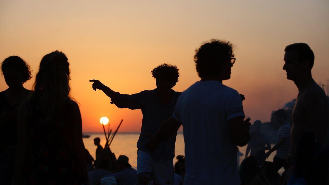 El sol ya se pone en A Coruña. Llega la noche de San Juan.