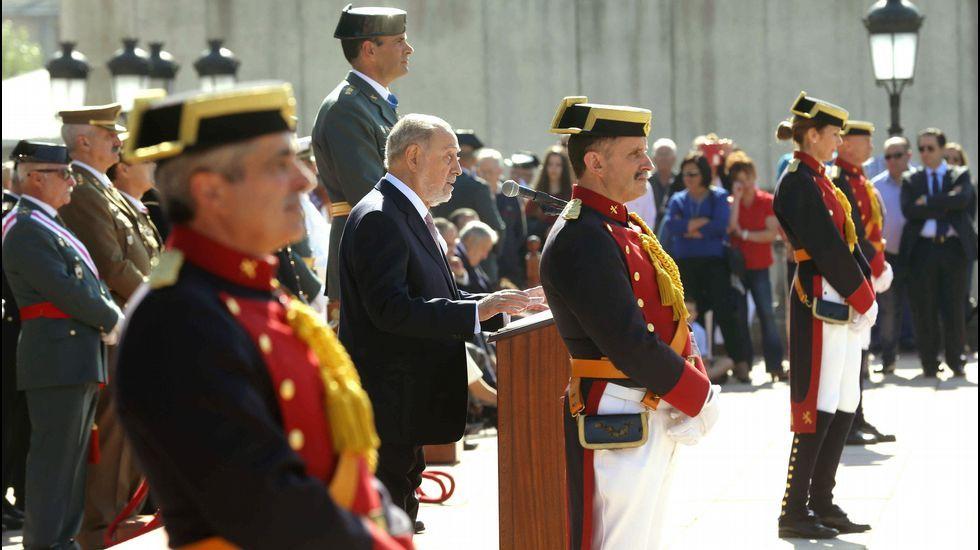 El delegado del Gobierno en Asturias, Gabino de Lorenzo (c), durante su intervención en el cuartel de la Guardia Civil de Oviedo donde se celebró la Festividad de El Pilar, patrona del Instituto Armado.