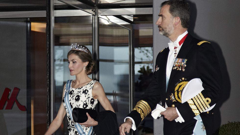 .Los reyes a su salida del hotel Mariott para asistir  a lacena de gala.
