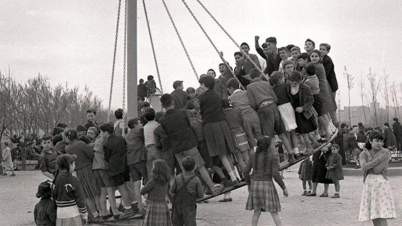 Fotografía antigua de Gijón.PAYARES. SIn duda, una de las imágenes más impactantes del calendario es esta que muestra niños y niñas jugando en una de las atracciones ya desaparecidas de la zona infantil del parque de Isabel la Católica, hacia 1955